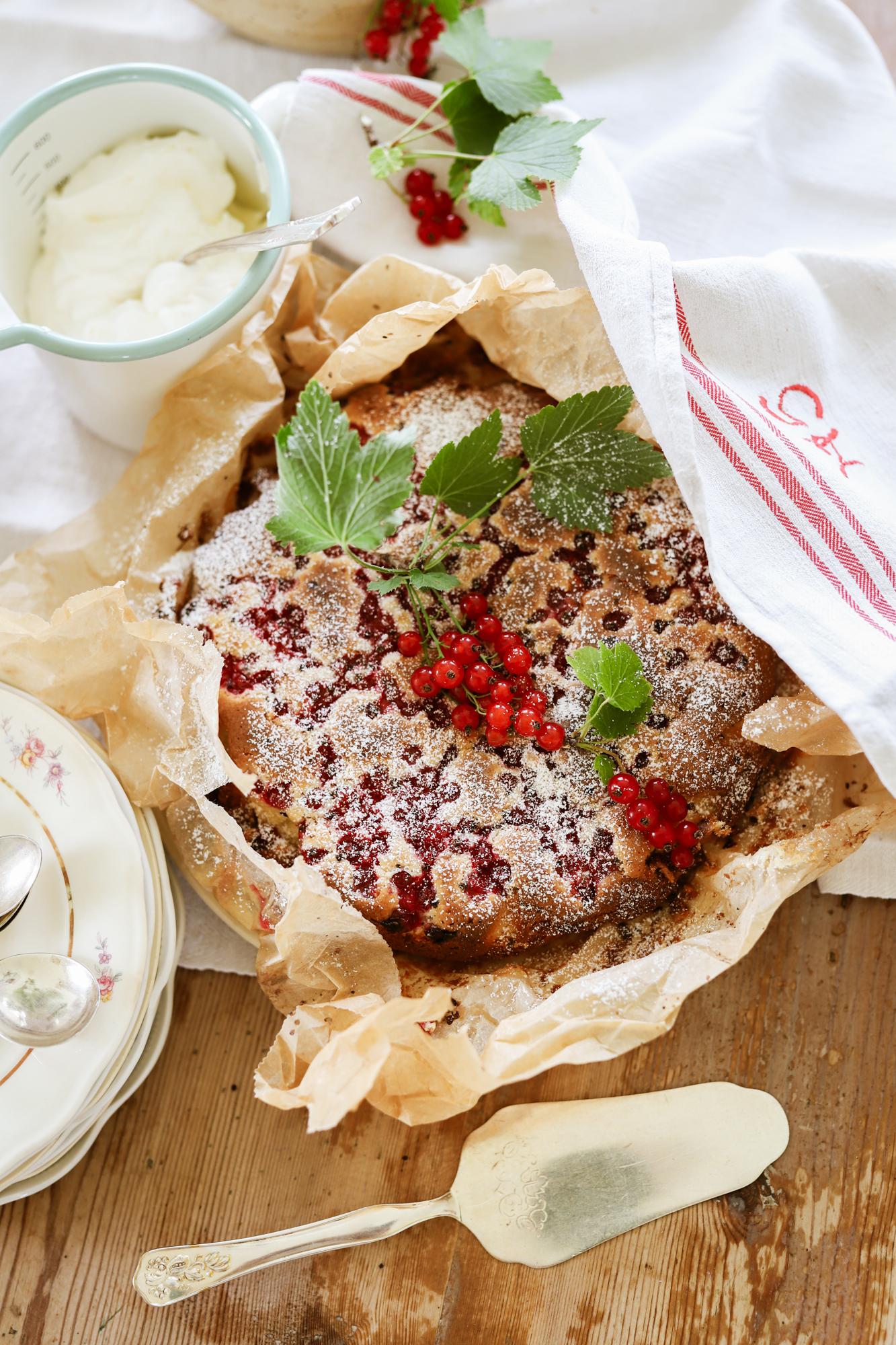 Skördekaka med röda vinbär och vit choklad!